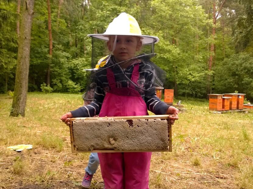 malá včelařka