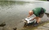 Vypuštění mláděte labutě, které mělo v zobáku zapíchnutý rybářský háček a bylo zamotané do vlasce