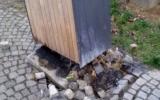 poškozený odpadkový koš
