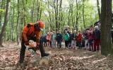 Na stanovištích se děti seznámily s prací lesníka